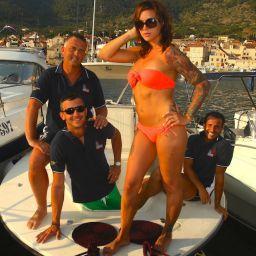 AL CUSTOM - RAYMARINE Tournament Team e splendida ragazza croata su AL25 nel porto di Komiza