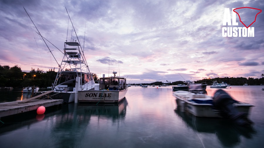 Fine della giornata di pesca: fisherman nel porto.