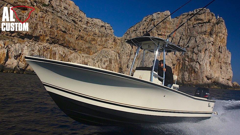 AL CUSTOM AL21: in primo piano il fisherman nelle acque di Capo Caccia
