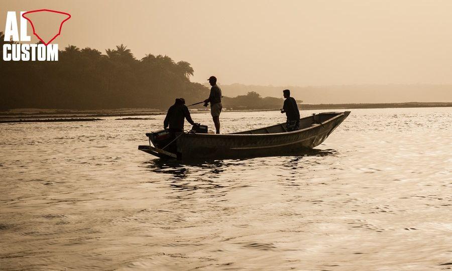 Il silenzio del tramonto rotto dallo sciabordio di un popper recuperato ad arte sulla superficie dell'acqua pescando a spinning.