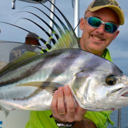 L'attacco di un roosterfish su un'esca di superficie: furia e velocità, la lunga pinna dorsale e la gobba fuori dall'acqua, per un effetto visivo unico.