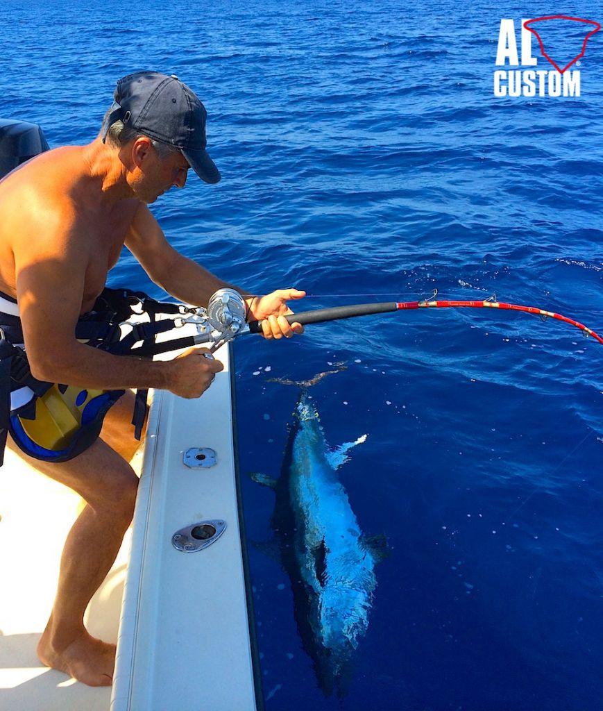 "ALCUSTOM AL21 ""Akabatuna"": bluefin tuna alongside the fishing boat."