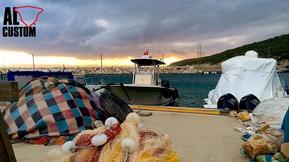 Fishing boat ALCUSTOM AL25 ormeggiata sotto un cielo da tempesta in arrivo